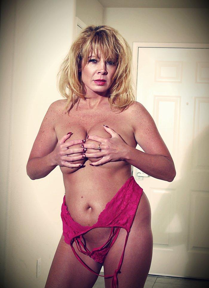 Une cougar nue te montre ses gros seins